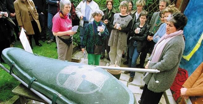 영국 런던 북부에서 열린'장례 박람회'에서 관람객들이 재생지로 만든 관'에코팟(Ecopod)'을 보고 있다. 최근 북미와 유럽에서는 땅속에서 분해가 잘되는 친환경 관이 인기를 끌고 있다. /게티이미지코리아