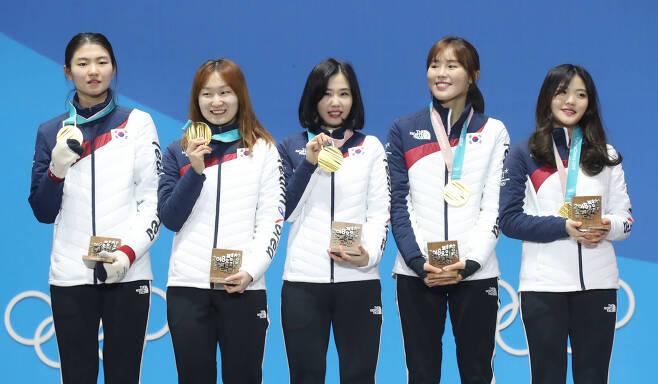금메달을 수여받은 쇼트트랙 대표팀. 우상조 기자