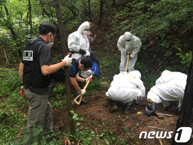 지난 7월30일 경찰이 사이비교주에 의해 살해된 뒤 경북 봉화군에 있는 한 야산에 암매장된 피해자 시신을 발굴하고 있다.(부산지방경찰청 제공)2017.8.4/뉴스1 © News1 박채오 기자