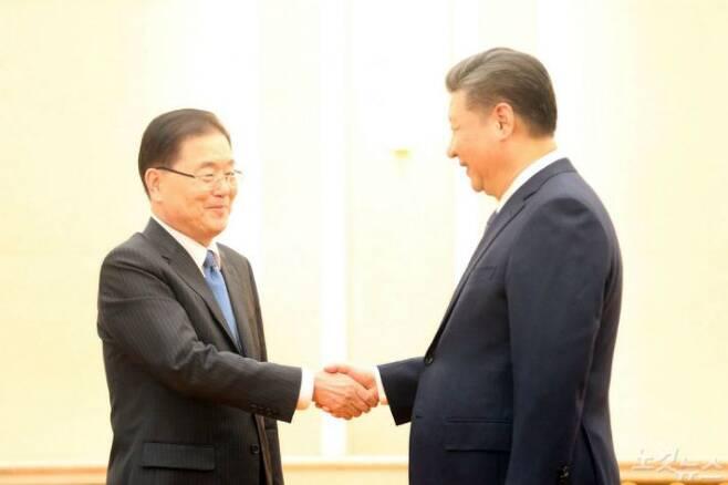 정의용 청와대 국가안보실장이 12일 베이징의 인민대회당에서 시진핑 중국 국가주석을 만나 악수를 나누고 있다. (사진=베이징 공동취재단)