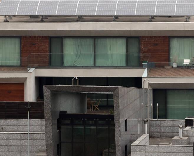 커튼으로 가려질까 뇌물수수 혐의 등으로 검찰 조사를 받은 이명박 전 대통령의 서울 논현동 자택에 18일 방마다 커튼이 내려져 있다.    연합뉴스