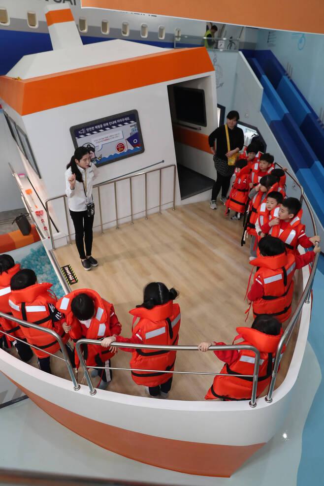모형 선박 '안전호' 위에서 어린이들이 선박 안전 수칙에 대해 듣고 있다. 우상조 기자