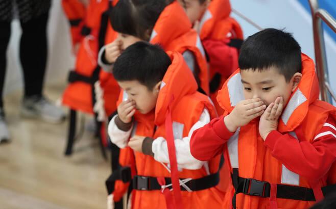 어린이들이 코와 턱을 잡는 입수 교육을 받고 있다. 우상조 기자