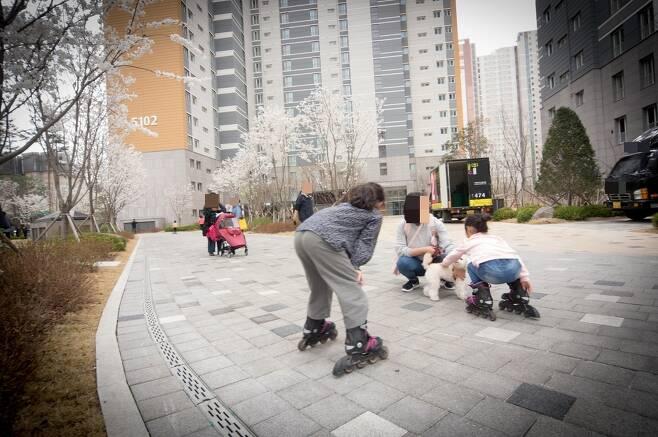 다산신도시 ㅈ아파트단지에 사는 어린이들이 10일 오후 인라인 스케이트를 타며 놀고 있다. 이재호 기자