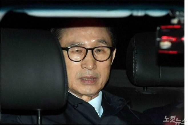 이명박 전 대통령이 지난달 23일 서울 논현동 자택에서 서울동부구치소로 압송되고 있다. 박종민 기자