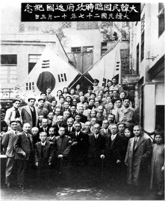 대한민국 임시정부 요인들이 환국을 앞두고 1945년 11월3일 충칭의 연화지 청사에서 찍은 기념사진 (사진=서울시 제공)