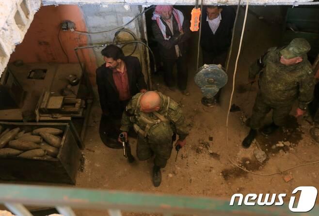 16일 다마스쿠스 외곽에 있는 두마에서 탄약을 점검하고 있는 러시아 군대. <자료사진> © AFP=뉴스1