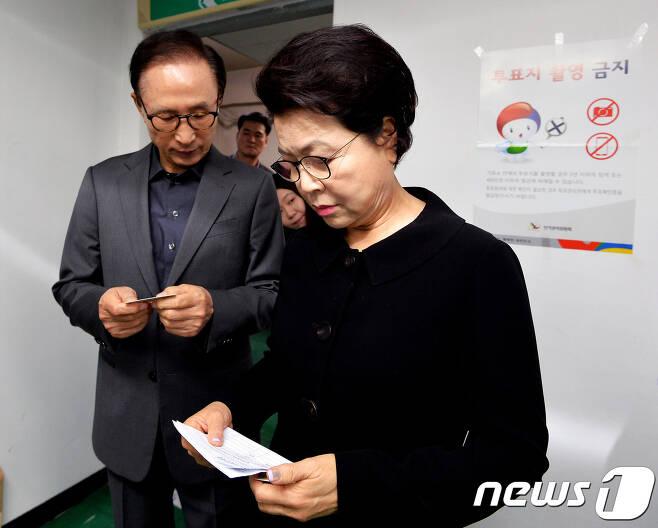 이명박 전 대통령과 부인 김윤옥 여사. 2017.5.9/뉴스1 © News1 구윤성 기자