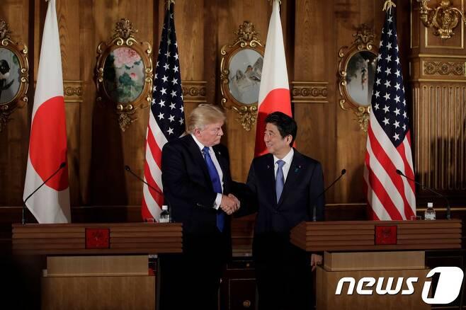 지난해 11월 일본에서 정상회담을 가진 도널드 트럼프 미국 대통령(왼쪽)과 아베 신조 일본 총리. © AFP=뉴스1