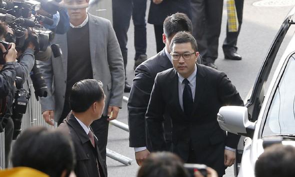 이명박 대통령의 아들 이시형씨가 서울 서초동 특별검사 사무실로 들어서고 있다.  김명진 기자