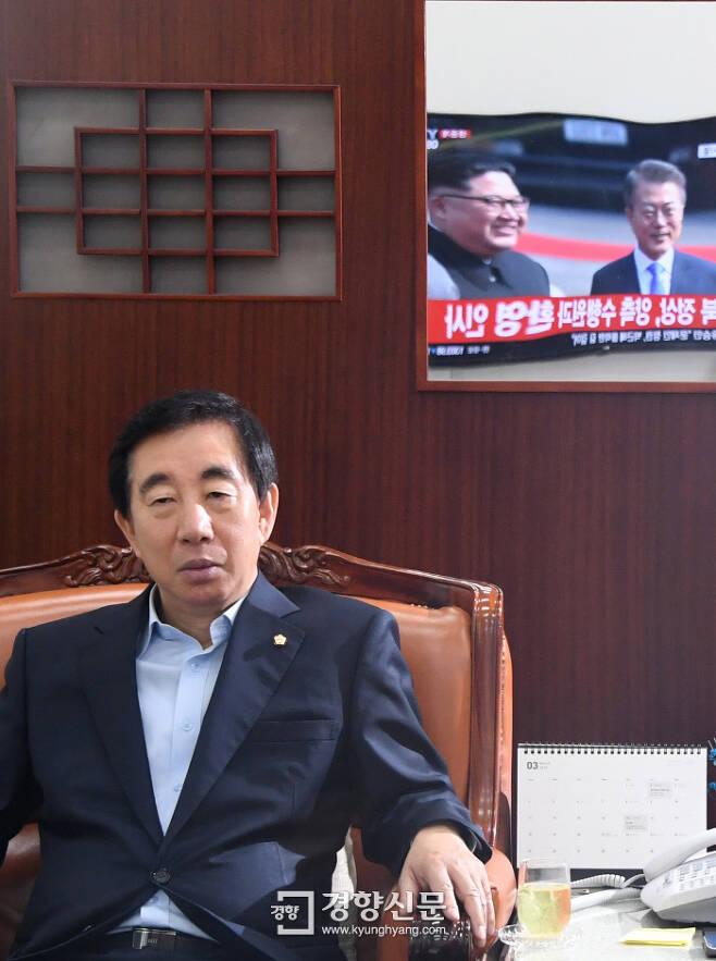 자유한국당 김성태 원내대표가 정상회담 방송을 보고 있다. 권호욱 선임기자