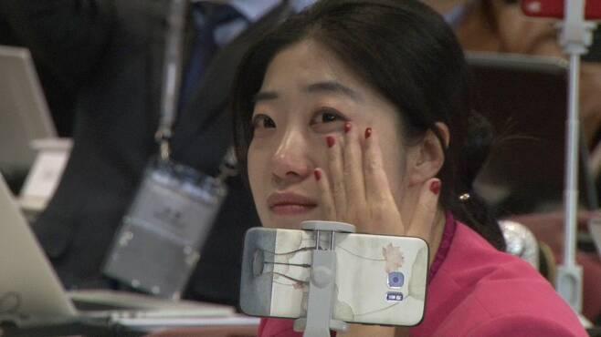 홍콩에서 온 한 취재진이 남북 두 정상이 판문점 군사분계선을 넘는 장면을 보며 눈물을 흘리고 있다.  ⓒ이승훈