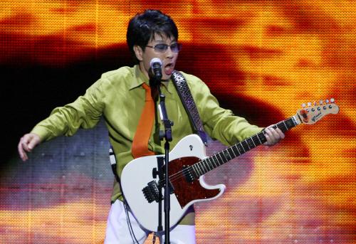 2008년 5월 24일 서울 잠실 올림픽주경기장에서 열린 40주년 기념 콘서트에서 노래하는 조용필. 50주년 기념 콘서트 '땡스 투 유'도 오는 12일 같은 장소에서 시작된다. [중앙포토]