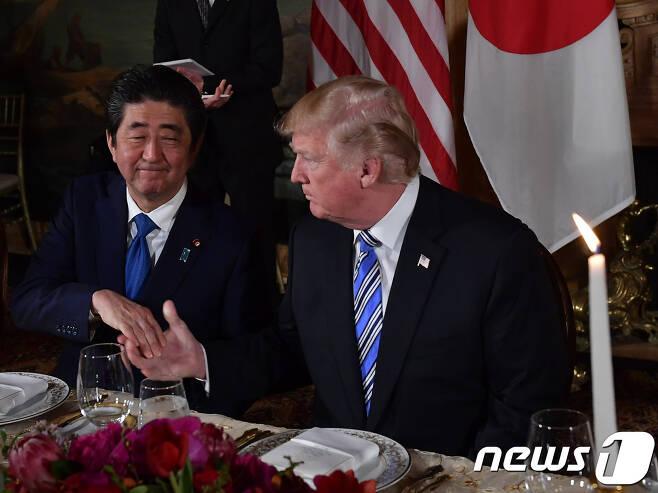 남북정상회담 전인 지난달 18일 플로리다 마라라고 트럼프 리조트에서 만찬하고 있는 아베 신조 일본 총리와 도널드 트럼프 미국 대통령. 아베 총리는 당시 회담에서 트럼프에 '납치자 문제' 의제화를 요구했다. © AFP=뉴스1
