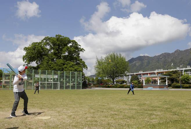 오전 중간 쉬는 시간 30분을 이용해 운동장에 나온 남학생들이 야구놀이를 즐기고 있다. 600살 된 느티나무가 학생들을 듬직하게 지키고 서 있다. ⓒ이돈삼