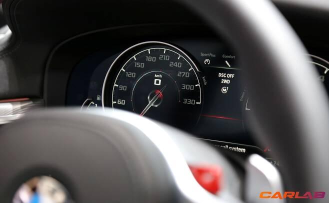 최고속도는 250km/h, 'M Driver's Package'를 선택하면 제한이 풀려 305km/h까지 달릴 수 있다