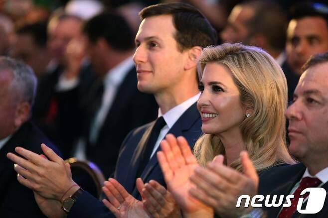 도널드 트럼프 미국 대통령와 딸 이방카(오른쪽에서 두번째)와 남편 재러드 쿠슈너(왼쪽)가 13일(현지시간) 이스라엘 예루살렘에서 열린 미국 대사관 개관 축하연에 참석, 박수치고 있다. © AFP=뉴스1