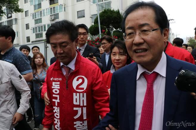 홍준표 자유한국당 대표가 16일 오후 대구시 동구 신기동 반야월시장을 찾아 상인들을 만났다. ⓒ조정훈