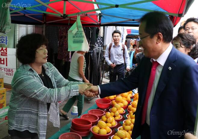 홍준표 자유한국당 대표가 16일 오후 대구시 동구 반야월시장을 찾아 상인들과 악수를 하고 있다. ⓒ조정훈