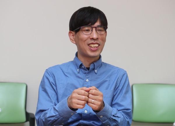 김성우 박사가 지난 18일 오후 서울 마포구 한겨레신문사에서 인터뷰하고 있다. 사진 강창광 선임기자 chang@hani.co.kr