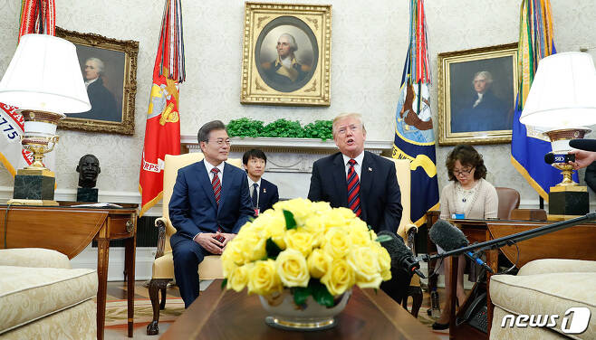 문재인 대통령이 22일 오후(현지시간) 미국 워싱턴 백악관에서 도널드 트럼프 대통령과 환담을 하고 있다. (청와대 제공) 2018.5.23/뉴스1