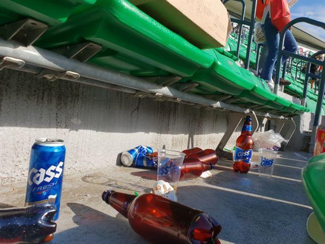 지난 20일 서울 송파구 잠실야구장에서 경기가 끝난 뒤 관중들이 마신 맥주병이 뒹굴고 있다. 김지현 기자