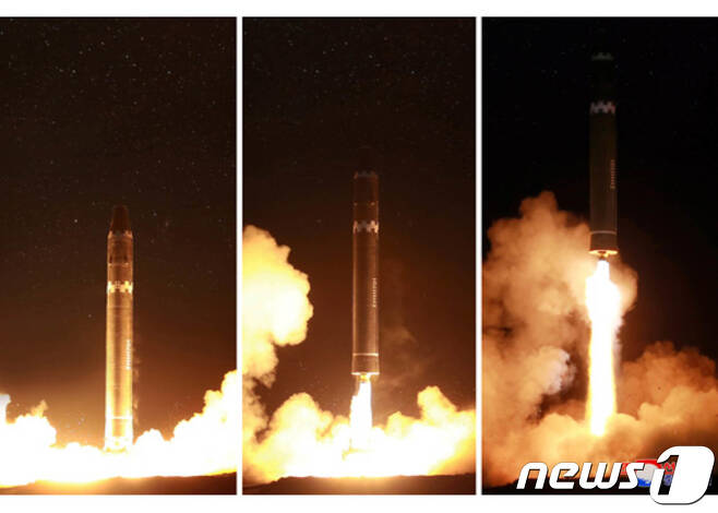 북한이 지난해 11월 29일 대륙간탄도미사일(ICBM) '화성-15'를 발사하고 있다.(노동신문)2017.11.30/뉴스1 © News1 성동훈 기자