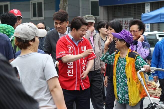 당선이 유력한 권영진 자유한국당 대구시장 후보가 대구시내 달성공원 부근에서 시민들에게 아침인사를 하며 선거운동을 하고 있다.    권영진 선거사무소 제공