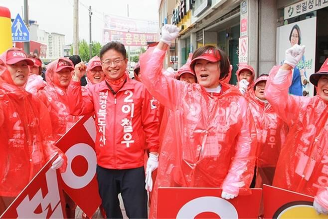 당선이 확정적인 이철우 경북도지사 후보가 지지자들과 함께 승리를 외치며 환호하고 있다.  이철우 선거사무소 제공
