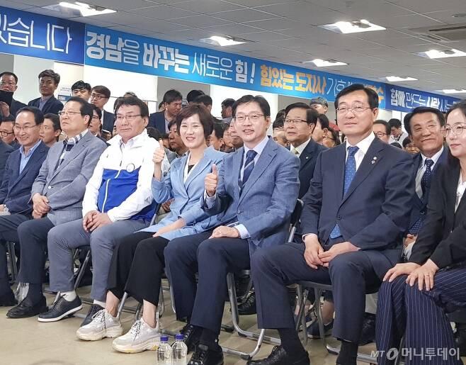 13일 경남 창원시 의창구 선거사무소에서 김경수 민주당 경남지사 후보와 지지자들이 개표방송을 시청하고 있다. /사진=박치현 기자