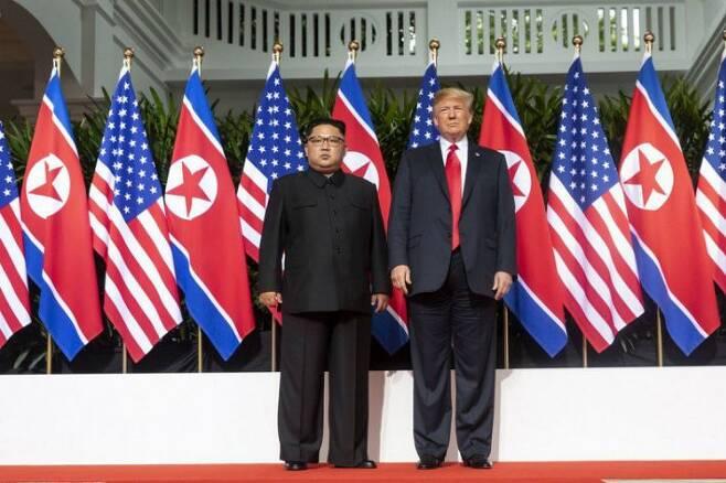 트럼프 미국 대통령과 김정은 북한 국무위원장이 12일(현지시간) 싱가포르 카펠라 호텔에 마련된 회담장에서 만나 사진 촬영을 위해 포즈를 취하고 있다. (사진=백악관 제공)