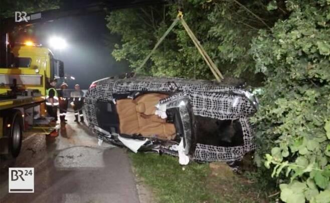 크레인에 올려지고 있는 BMW 8시리즈 프로토타입
