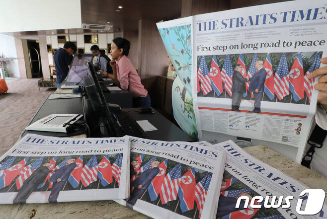 북미정상회담 다음날인 13일 싱가포르의 한 호텔 로비에 김정은 북한 국무위원장과 도널드 트럼프 미국 대통령의 북미정상회담 사진이 실린 신문이 놓여 있다. 2018.6.13/뉴스1 © News1 허경 기자