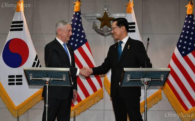 송영무 국방부 장관과 제임스 매티스 미국 국방부 장관이 28일 오후 서울 용산구 국방부 접견실에서 회담에 앞서 인사를 나누고 있다.  ⓒ사진공동취재단