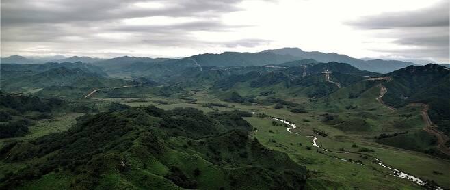 중부전선에서 동부전선으로 넘어가는 철원 김화에서 본 디엠제트다. 한북정맥을 지나서 적근산과 백암산까지 한반도 허리를 횡단하는 디엠제트가 동쪽으로 펼쳐진다.