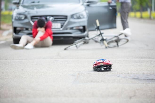 유럽자전거연합을 비롯해 헬멧 의무화 반대론자들은 헬멧의 실질적인 부상 감소 효과에 대해서도 의문을 제기한다. 자동차와의 충돌 같은 심각한 사고가 발생하면 자전거 이용자를 보호하기 어렵다는 지적도 나온다. 게티이미지뱅크
