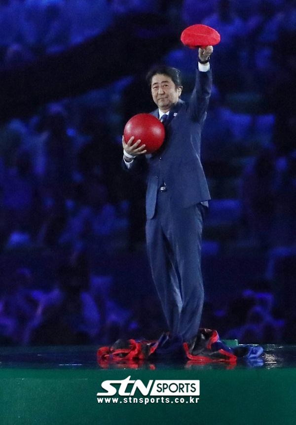 2016 리우올림픽 폐막식 무대에 올랐던 일본의 아베 신조 총리