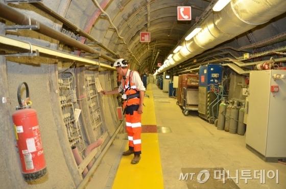 프랑스 그랑테스트 레지옹(region) 뫼즈 데파르트망(departement)의 뷰흐(Bure)에 위치한 사용후핵연료 심지층처분 지하연구시설(URL)에서 연구원이 실증 실험을 진행하고 있다./사진=유영호 기자