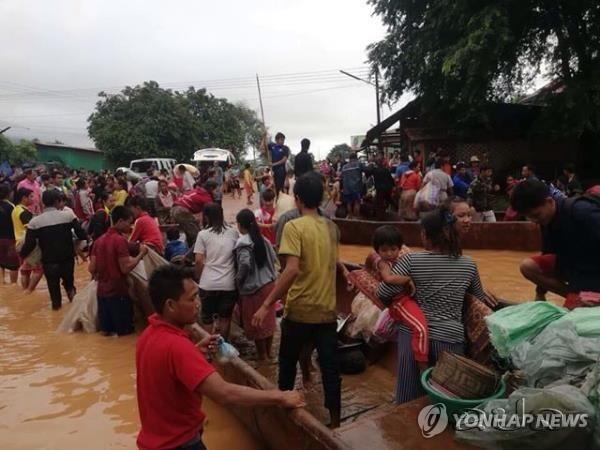 SK건설 참여 라오스 댐 붕괴…대피하는 주민들 (서울=연합뉴스) SK건설이 라오스에서 시공 중인 대형 수력발전댐의 보조댐이 붕괴해 주민 다수가 숨지고 수백 명이 실종하는 사고가 발생했다.       24일 라오스통신(KPL)에 따르면 전날 오후 8시께(현지시간) 라오스 남동부 아타프 주에 있는 세피안-세남노이 수력발전댐의 보조댐이 무너져 인근 6개 마을로 50억 ㎥의 물이 아래 6개 마을로 한꺼번에 쏟아졌다.        피해 지역 라오스 주민들이 보트로 긴급히 대피하고 있다.  2018.7.24  [라오스통신 제공] photo@yna.co.kr