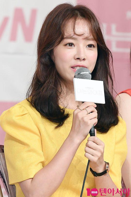 배우 한지민이 25일 오후 서울 영등포구 타임스퀘어 아모리스홀에서 열린 tvN 드라마 '아는 와이프' 제작발표회에 참석해 인사말을 하고 있다.