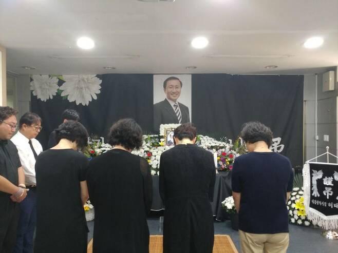 24일 정의당 대전시당에 마련된 노회찬 의원 대전분향소에서 시민들이 조문하고 있다. 정의당 대전시당 제공