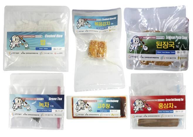2008년 이소연 박사가 한국 최초의 우주인으로 국제우주정거장에 머물렀을 때 함께 실어 간 우주식품들. 사진 한국식품연구원 제공