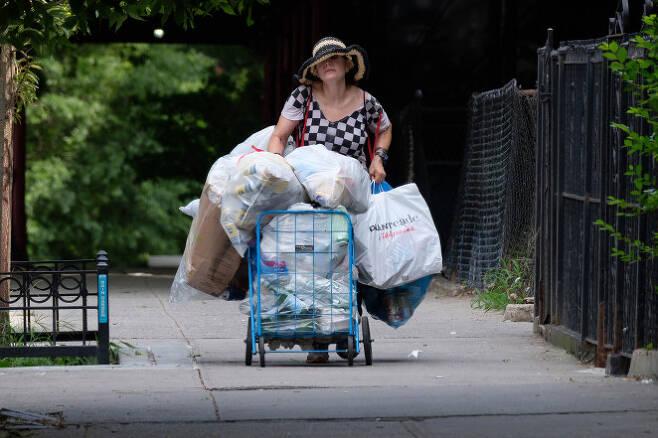 뉴욕에서 매일 쓰레기를 줍는 60대 재력가 여성