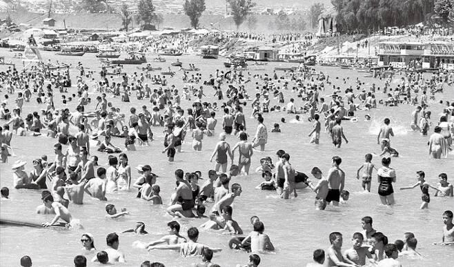 1974년 여름, 2대 임정의 작가가 촬영한 뚝섬. 뚝섬은 '물 반 사람 반'이라고 할 정도로 해마다 수많은 사람이 몰리는 서울의 인기 피서지였다.