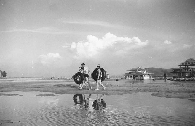 1955년 임인식 작가가 촬영한 한강 백사장 풍경과 피서를 즐기는 시민들.