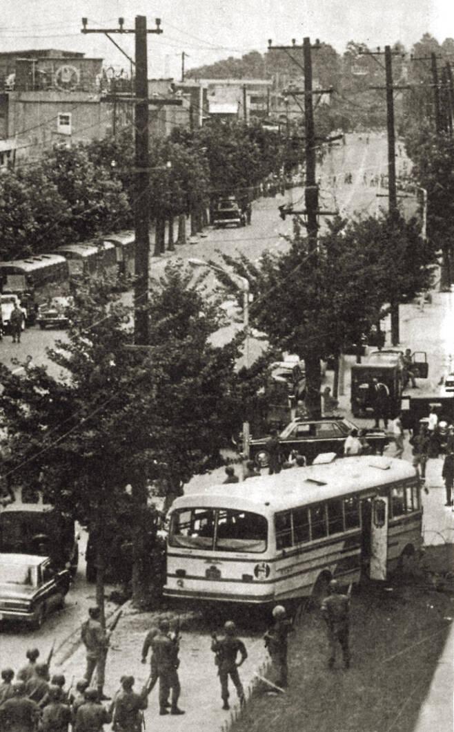 1971년 '실미도 탈출 사건' 진압 장면. 당시 특수부대원들은 훈련중 처우에 불만을 품고 인천을 거쳐 서울에 침투했다가 폭사했다. <한겨레> 자료 사진.