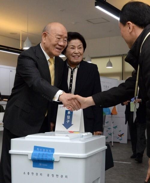제20대 국회의원선거일이었던 2016년 4월 13일 연희동 주민센터 찾은 전두환 전 대통령 내외. 뉴스1
