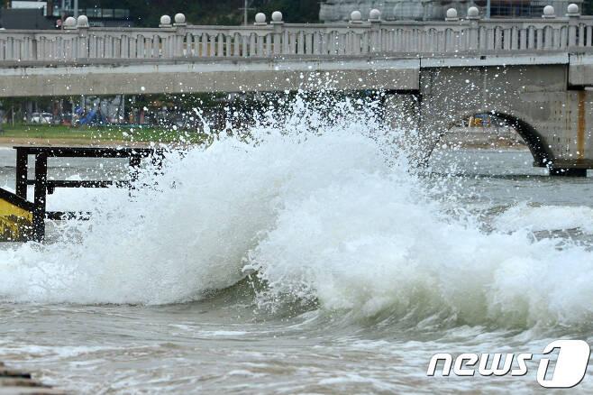 제19호 태풍 솔릭이 북상했던 지난 23일 오후 태풍의 간접 영향권에 들어간 포항시 북구 영일대해수욕장에 파도가 점차 높아지고 있다. © News1 최창호 기자