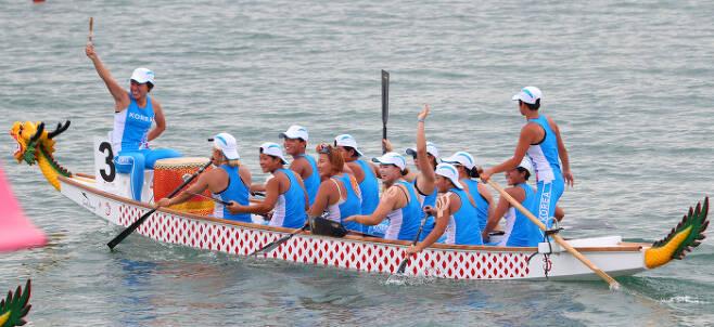 지난달 인도네시아 아시안게임 카누용선 500m에서 금메달을 딴 남북 단일팀. 카누 앞뒤에 용두와 용미가 달려 있다. 배를 용두로 장식하는 것은 용이 수신이기 때문이며, 용두는 수신의 가호를 받으려는 뱃사람들의 보편적 마음의 표현이다. 연합뉴스