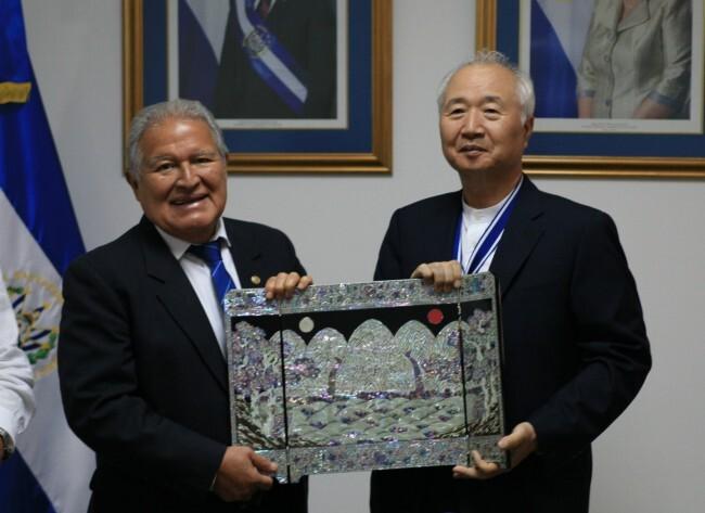 이승헌 글로벌사이버대학교 총장이 호세 시메온 까냐스 상을 수상하고 산체스 세렌 엘살바도르 대통령과 기념사진을 찍고 있다.